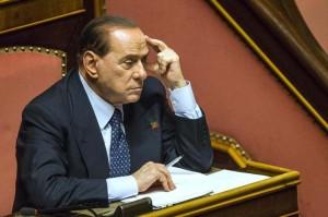 Silvio Berlusconi nel suo seggio al Senato
